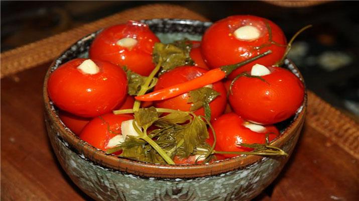 маринованные томаты с долькой чеснока