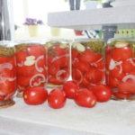 консервируем помидоры с луком и маслом на зиму